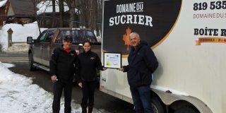 Guy et Marie Berthiaume du Domaine du sucrier et Paul Desaulniers, maire de Saint-Boniface
