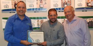 Daniel Grenier (directeur des ventes et du marketing), Georges Pellerin (famille propriétaire) et Michel Bourassa (maire de Saint-Alexis-des-Monts).