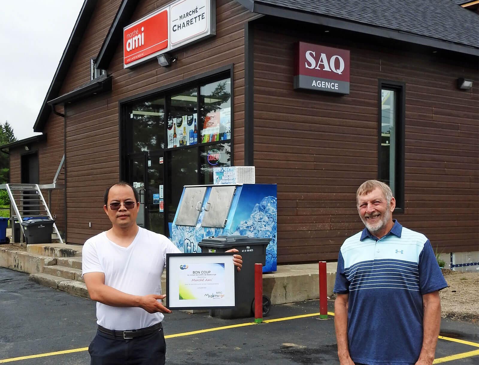 Wei Hua Wang, propriétaire du Marché Ami, et Claude Boulanger, maire de Charette